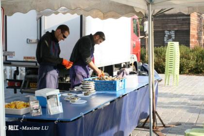 加仑河市区段的河岸(Quai des Chartrons)早午集市生蚝摊位